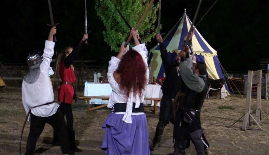 Rasemblement d'escrimeurs médiévaux en spectacle